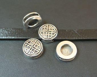 Pair of Pearl loops pucks Celtic motif 17 mm, hole: 14 x 2.9 mm, antique silver tone metal