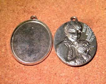 medium oval cabochon - 47 x 32 mm - back carved - silver - 40 x 30 mm - PF27 Board