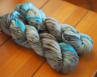 Chesapeake Blue Crab Blue Brown Black Speckled Hand Dyed Yarn // Merino Nylon Sock Fingering Weight Yarn // Superwash Sock Skein