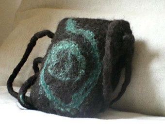 felted small purse -green on black-