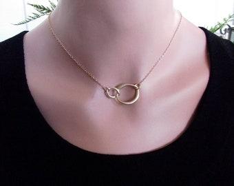VENTE! L'éternité amour Collier - cercle or cadeau demoiselle d'honneur, deux anneaux pendentif, pendentif en cercle plaqué or mat, cadeaux de demoiselle d'honneur