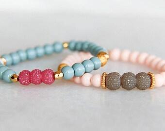 Rose bracelet, bracelet perles, bracelet en or, bracelet élastique, bracelet pour elle, cadeau pour elle, ornement de cheveux, bracelet printemps