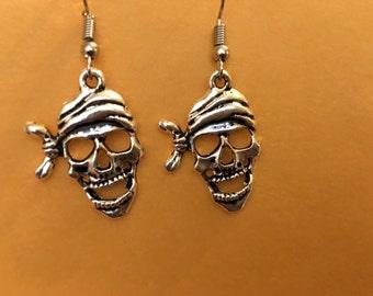 Pirate skull earrings   D17