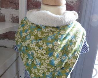 Bavoir bandana en éponge écru et coton vert avec des petites fleurs blanches