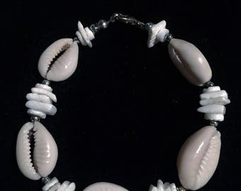 Beach shell bracelet. FREE shipping in the USA!