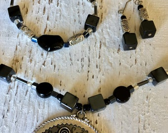 Black and silver pendant jewelry set