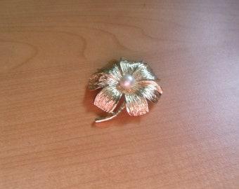 vintage pin brooch goldtone flower faux pearl