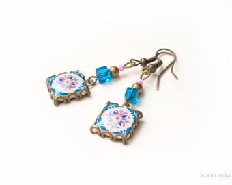 Pendientes flores portuguesas: azul, blanco y fucsia. Pendientes de inspiración portuguesa. Azulejos portugueses
