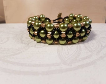 Beaded bracelet in olive, gold and black