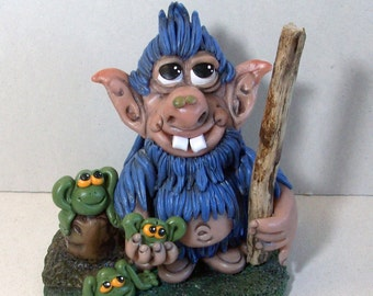 Troll figurine with frogs: Troy the trol strolling with froggie Friends
