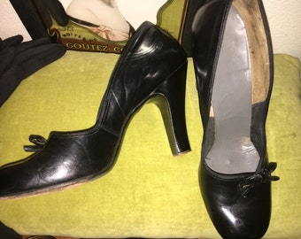 Vintage 1940s-1950s Connie labeled black leather high heels with cut out bow detail