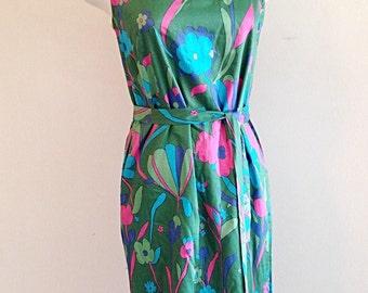 SALE! Vintage Green Flower Power Print 1960s Shift Dress Size Small or Medium