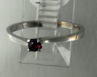 Ring 9 Ct white gold set with Ruby
