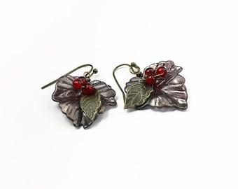 Handgemalte Lucite Blatt Ohrringe mit 3 roten Beeren, Bronze Lila Herbst Herbst Ohrringe, Geschenkartikel für Sie