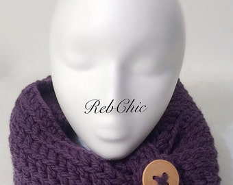 Collar scarf with big wooden buttons