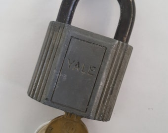 Vintage 1940's Yale & Towne Mfg Co heavy industrial padlock, hardened shackle Made in USA