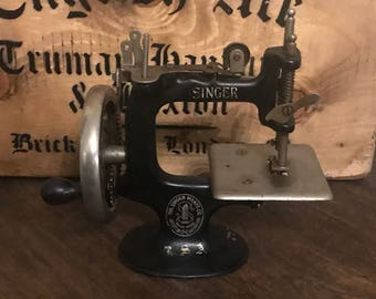 Rare Vintage Cast Iron Singer Child's Sewhandy Sewing Machine