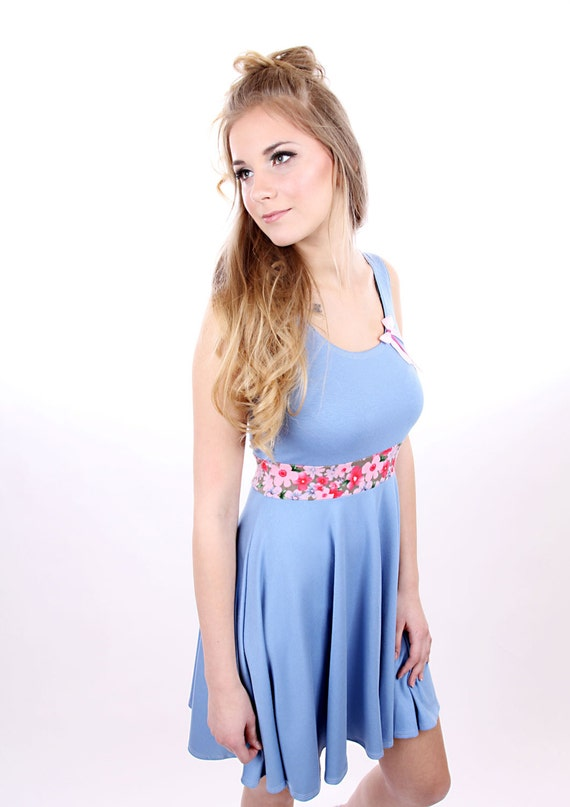 Kleid hellblau blumen