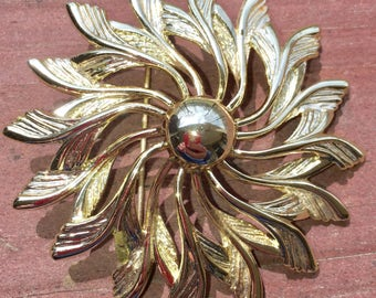 Sarah Coventry Gold Metal Leaves/Feathers Wreath Brooch