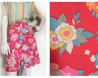 Groovy 1960s summer floral shorts! 1960s hot pink shorts in funky floral pattern// 1960s mod shorts size S/M