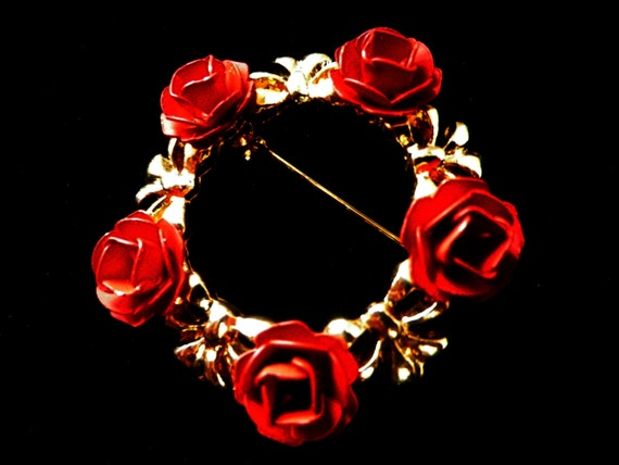 Rose wreath brooch with 5 red roses and gold tone flowers