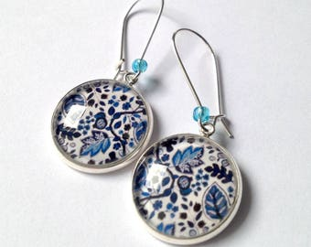 Hanging earrings: glass cabochon leaves blue tones, silvery metal. Pearl of loose stones.