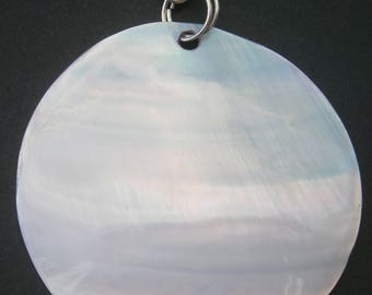 AC205) A lovely round natural coloured mop shell with 925 sterling silver bail pendant