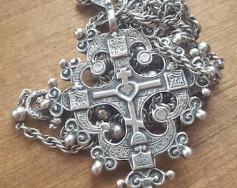 Peruzzi cross and chain