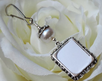 Wedding memorial bouquet charm. Pearl Bridal bouquet charm with small picture frame. Bridal shower gift for a bride.