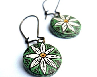 Rustic Daisy Dangle Earrings, Green Daisy Drop Earrings, Flower Earrings, Garden Wedding Earrings, Anniversary Gift, Mom Gift, Wife Gift