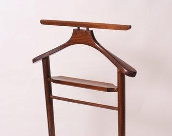 Valet stand in wood/door coat/wearing