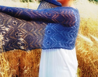 For Mother's Day, it gives something unique and elegant. This scarf shawl warm-neck in blue Lace-hand crafting