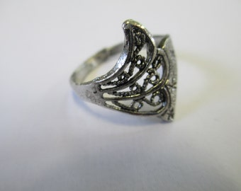 Vintage Jewelry filigree Ring  size 8  silver toned  no markings