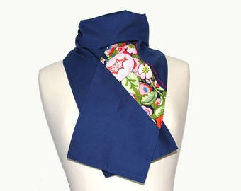 Scarf made of navy blue cotton, enhanced with exotic flowers