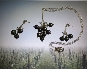 Ornament pendant and earrings in the shape of grape