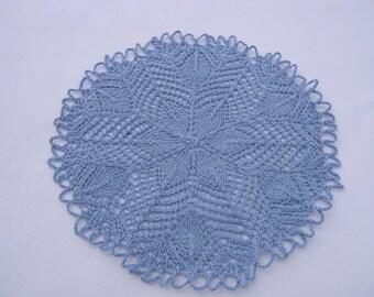 Kleines Kunststrickdeckchen, Deckchen, Zierdeckchen rund in jeansblau, Handgestrickt
