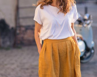 Washed and soft linen skirt with elasticated waist. Elastic waist comfortable linen skirt with pockets.