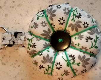 Keychain in shape of rosette fabric gray, black and green