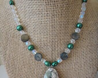 Pendentif en cristal Swarovski. Collier avec pendentif, collier en cristal de Swarovski, collier en coquillage, vert colliers, solde