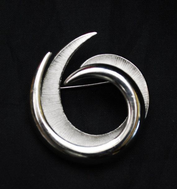 Crown Trifari Swirl Brooch - Silver tone -  Mid century Modern pin