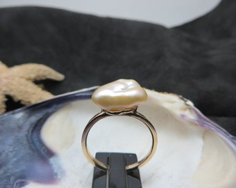 14K yellow gold ring decorated with a Pearl keshi