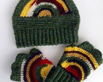 Hat and fingerless gloves in green wool and colored lines, crochet, funny, inspiration Jamaica