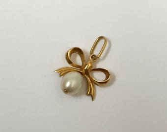 A Gold Pearl Bow Pendant