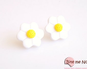 Mini Daisy Studs, Polymer Clay Earrings, Flower Post Earrings, Spring Accessories, Cute Jewelry, Kawaii jewelry, Mini Daisy Stud Earrings