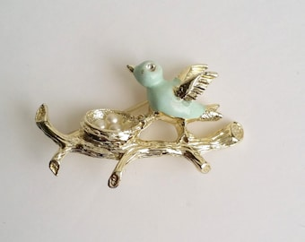 Beutiful vintage GERRY'S Gold Tone Faux Pearl Enamel Bird & Nest on Branch Pin Brooch