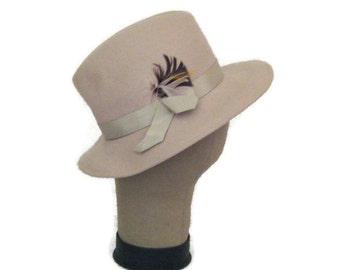 70s Woman's Fedora Beige Felt Hat Woman's Winter Hat Gray Fall Hat Wool Felt  Hat with Feather 1970s Felt Hat Annie Hall Woman's Grey Hat