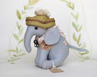 Éléphant de style vintage en feutre avec pendentif cheval à bascule