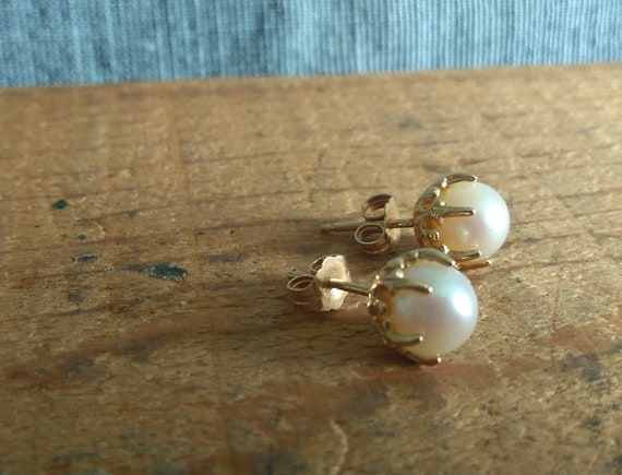 Pretty vintage genuine lustrous cultured pearl and 14K gold post stud earrings