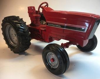 """Ertl Die Cast International Row Crop Tractor, 1/16, 8.5"""" x 5"""", Mint"""