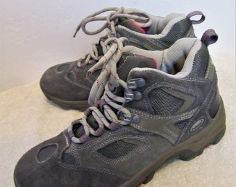 Women's Vintage 90's Gray SUEDE Urban era Sierra HIKING Boots By COLUMBIA.10